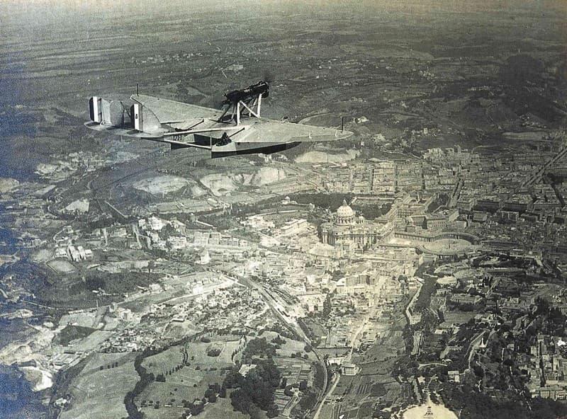 Prima crociera aerea traslatlantica, Italia-Brasile. In volo sulla Città del Vaticano